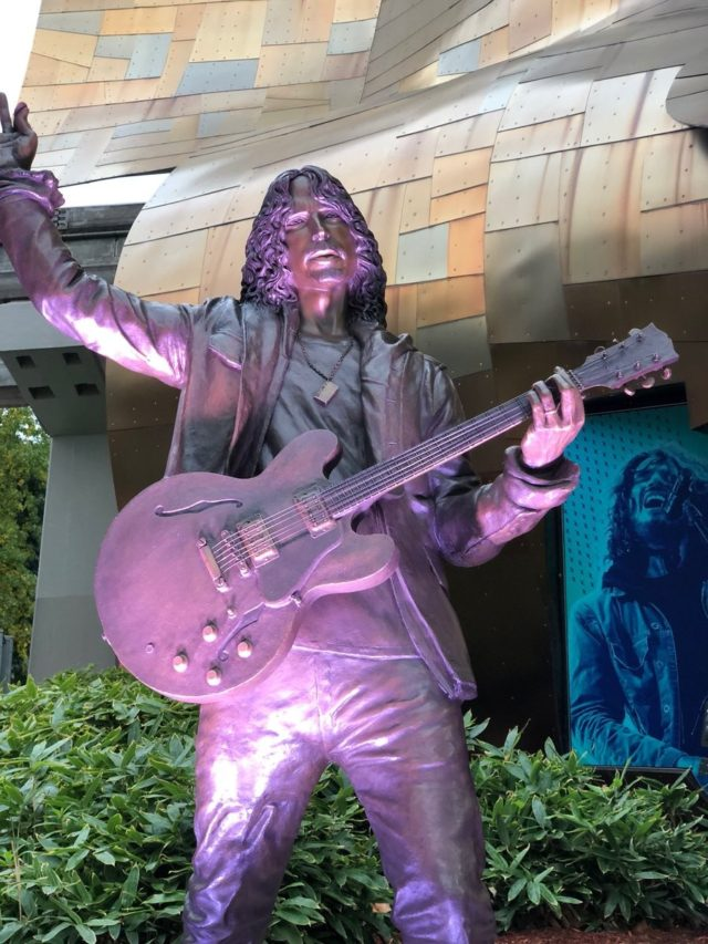 В Сиэтле поставили статую Крису Корнеллу.