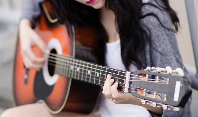 Как можно самостоятельно научиться играть на гитаре?