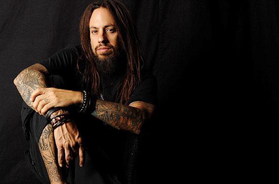 Бас-гитарист Korn продает принты своих картин.