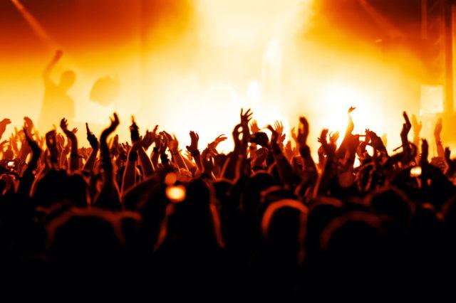 Госдума РФ предложила ввести штрафы за несовершеннолетних на концертах.