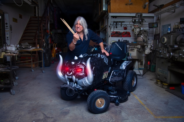 Барабанщик Scorpions разработал газонокосилку в стиле Motörhead